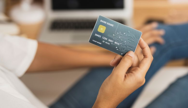 Trên tay thẻ tín dụng