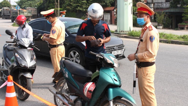 CSGT kiểm tra phương tiện giao thông