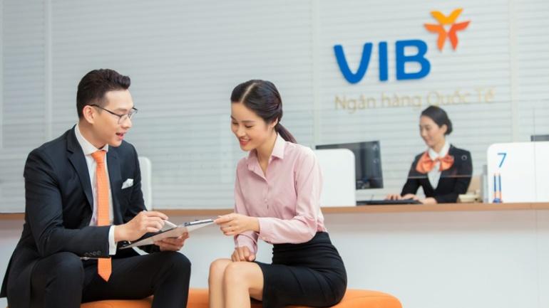 Nhân viên VIB đang tư vấn cho khách hàng
